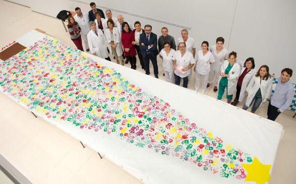 Realización de un árbol de navidad mediante la estampación de manos de pacientes, familiares y profesionales del Hospital Nacional de Parapléjicos (Foto: Carlos Monroy)