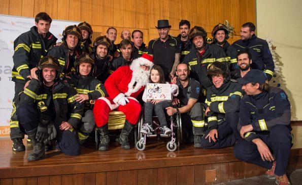 Visita de Papa Noël al Hospital de Parapléjicos acompañado de los bomberos del Ayuntamiento de Madrid (Foto: Carlos Monroy)