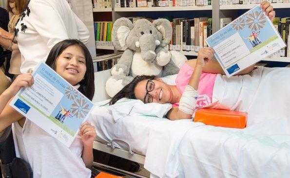 Lesly Janeth y Andrea Pozo. Ganadoras del II Concurso Literario Linde en el Hospital Nacional de Parapléjicos (Foto: Carlos Monroy)