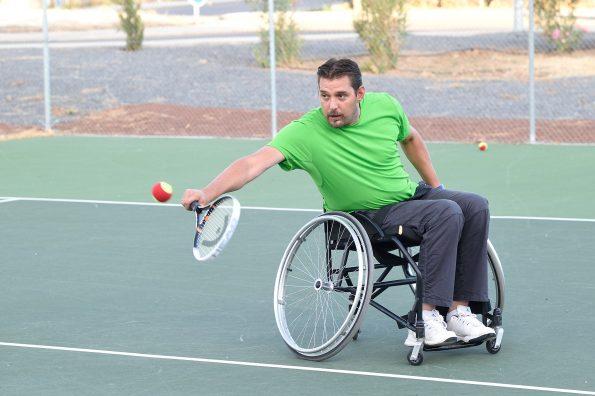 Paciente practicando tenis en silla de ruedas