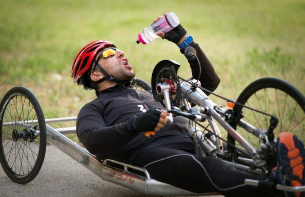 Deportista en Handbyke bebiendo agua (Foto: Carlos Monroy)