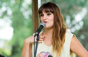 Entrañable visita de la cantante Rozalén a nuestro hospital