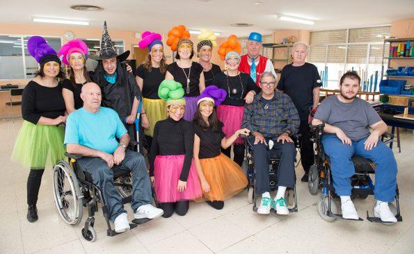 Grupo de pacientes y trabajadores celebran el carnaval en el Hospital de Parapléjicos