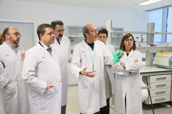 García-Page visita el centro de investigación del HNP