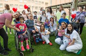 Nos sumamos a la celebración del Día del Niño hospitalizado con un original lanzamiento de besos