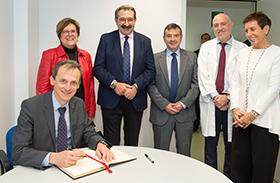 El ministro de Ciencia, Innovación y Universidades, Pedro Duque, se interesa por la investigación en Parapléjicos