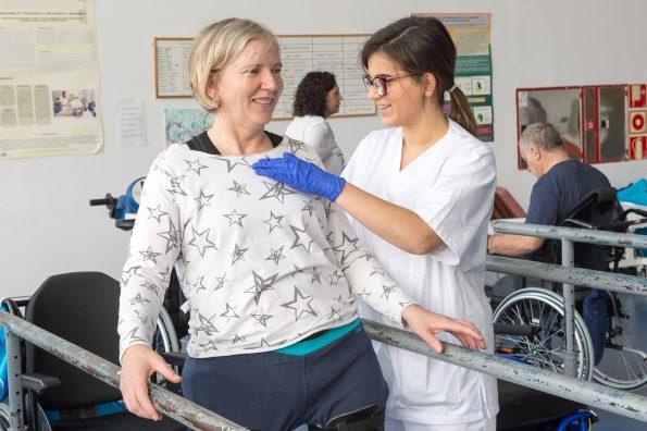 Alumnos de fisioterapia de la ONCE realizan prácticas en el Hospital Nacional de Parapléjicos (Foto: Carlos Monroy // SESCAM)