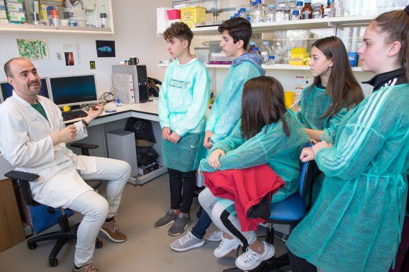 Visita de institutos de enseñanza secundaria a laboratorios del Hospital Nacional de Parapléjicos dentro de los actos de la Sermana del Cerebro. (Foto: Carlos Monroy // SESCAM)