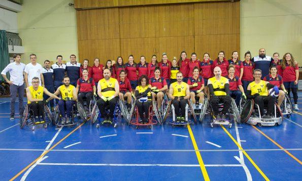 """La Selección Española de Rugby, """"Las Leonas"""" visitan el Hospital Nacional de Parapléjicos y se fotografian con el equipo de rugby en silla de ruedas """"Los Carpetanos"""" (Foto: Carlos Monroy // SESCAM)"""