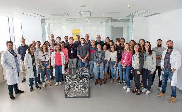 Grupo de investigadores con la escultura