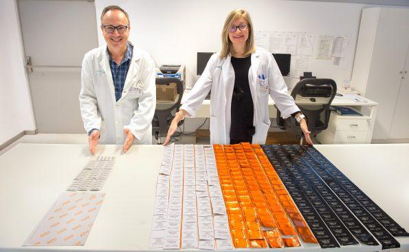 La especialista en Farmacia Hospitalaria, Aida Rueda, muestra los residuos de papel, plástico y aluminio que produce el sistema tradicional de gestión de un número determinado de fármacos y el jefe de Servicio de Farmacia del Hospital Nacional de Parapléjicos, David García Marco, señala la evidente disminución de residuos en esa misma cantidad por el nuevo procedimiento