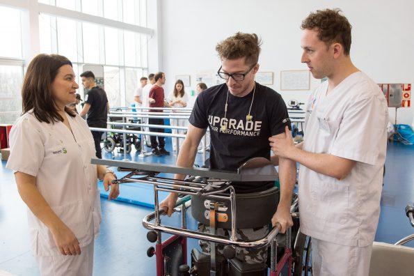 Alumnos de la Escuela de Fisioterapia de la ONCE realizan prácticas en el Hospital Nacional de Parapléjicos (Foto: Carlos Monroy // SESCAM)