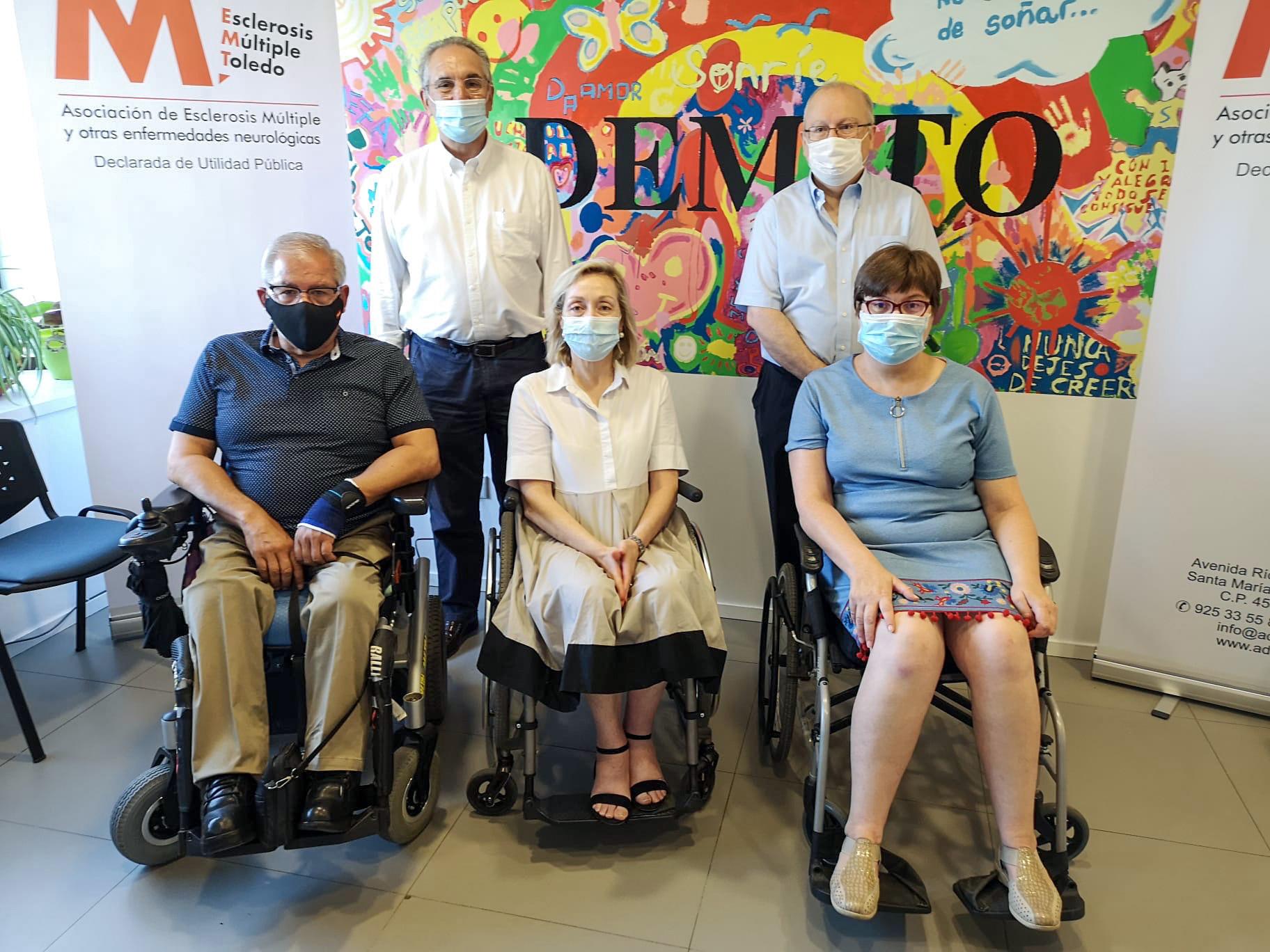 El gerente del HNP, Dr. Vicenç Martínez, el Jefe de Medicina Preventiva del HNP, Dr. Antonio J. Ruiz y la presidenta de la Asociación de Esclerosis Múltiple de Toledo y otras enfermedades neurodegenerativas, Dña. Begoña Aguilar, junto con otros representantes de de la asociación.