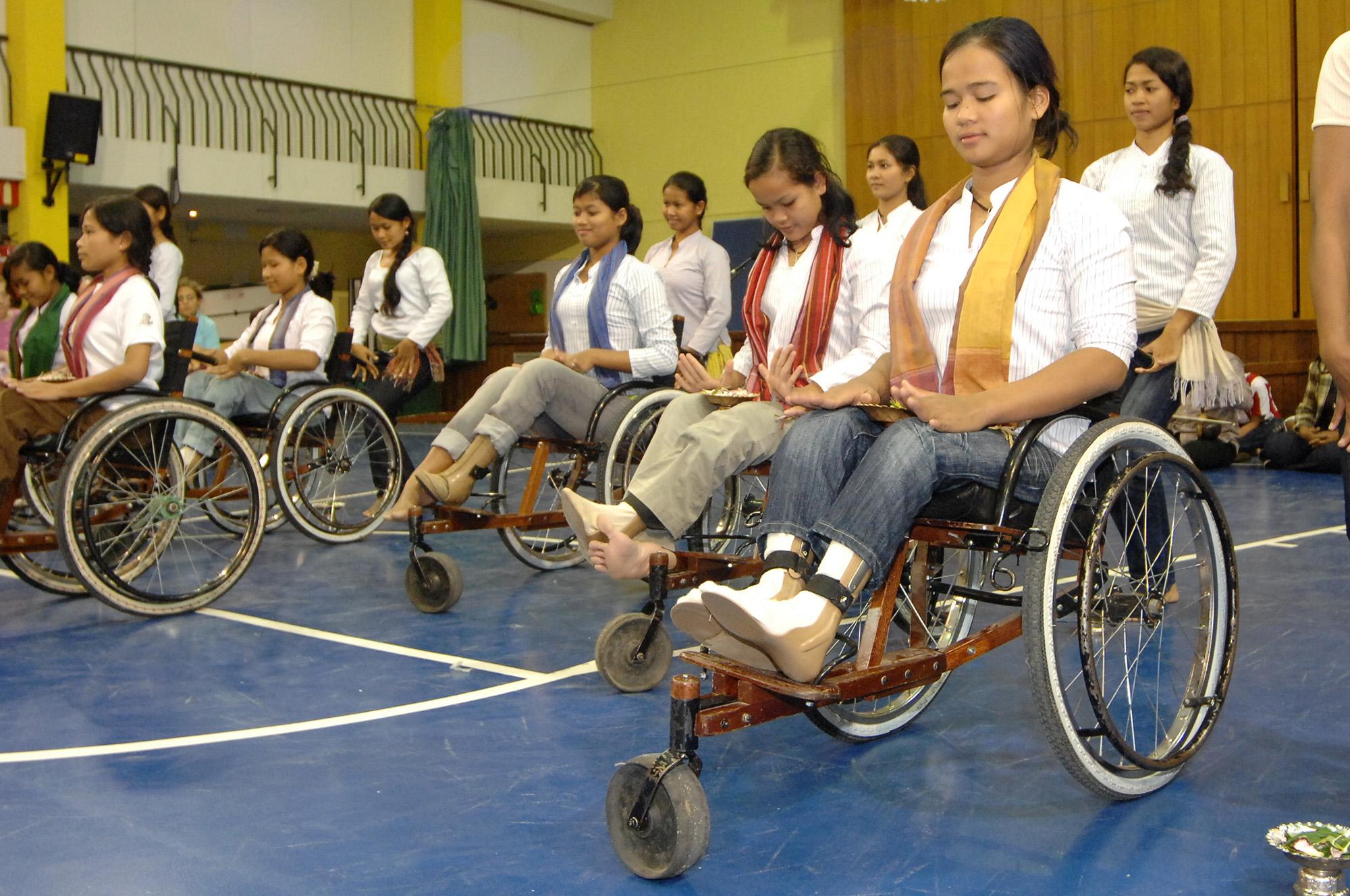 Niños camboyanos en silla de ruedas. foto: Carlos Monroy